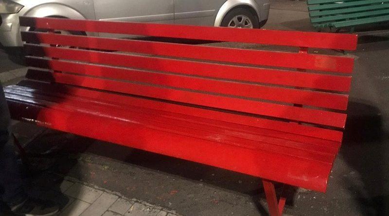 Vandalizzata panchina rossa