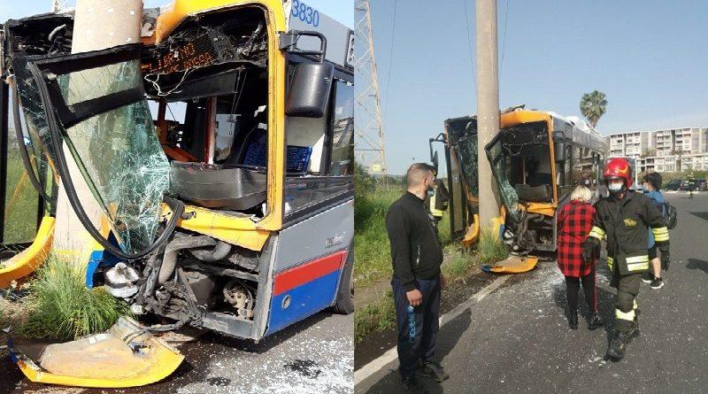 Autobus contro un palo