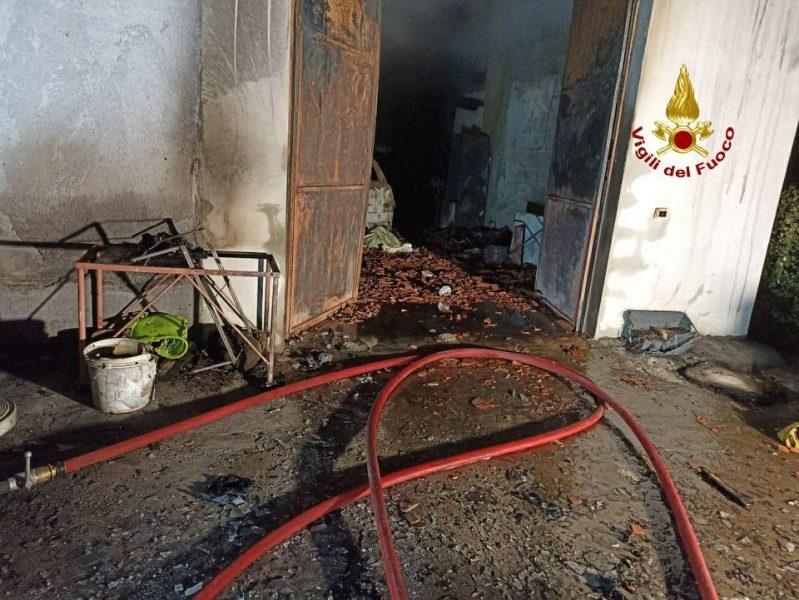 Villa bifamiliare in fiamme. Intero edificio a rischio: evacuati condomini.